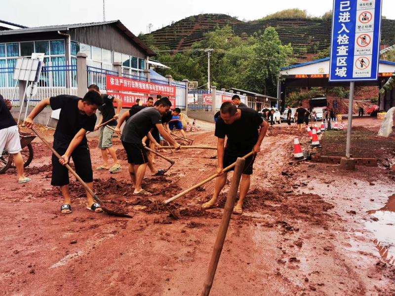 云南普洱:连续降雨引发泥石流 江城边境检查站民警火速抢险