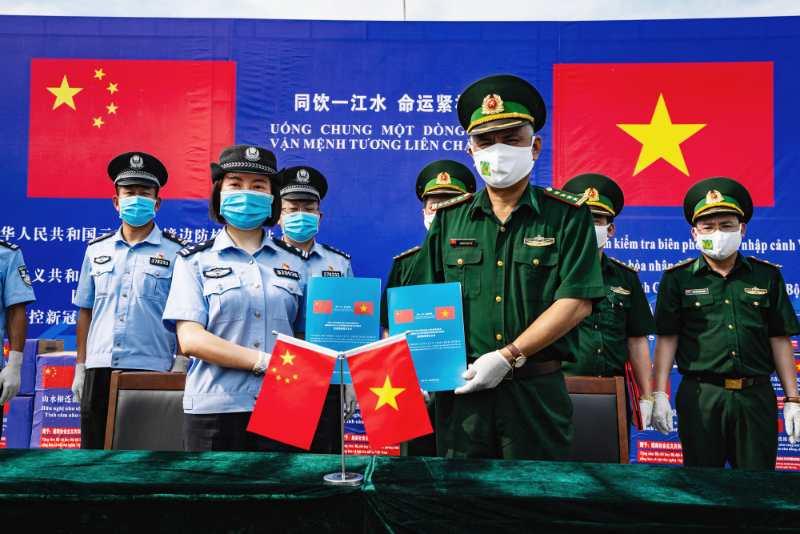 云南出入境边防检查总站向越南边防部门捐赠防疫物资仪式在中越边境河口