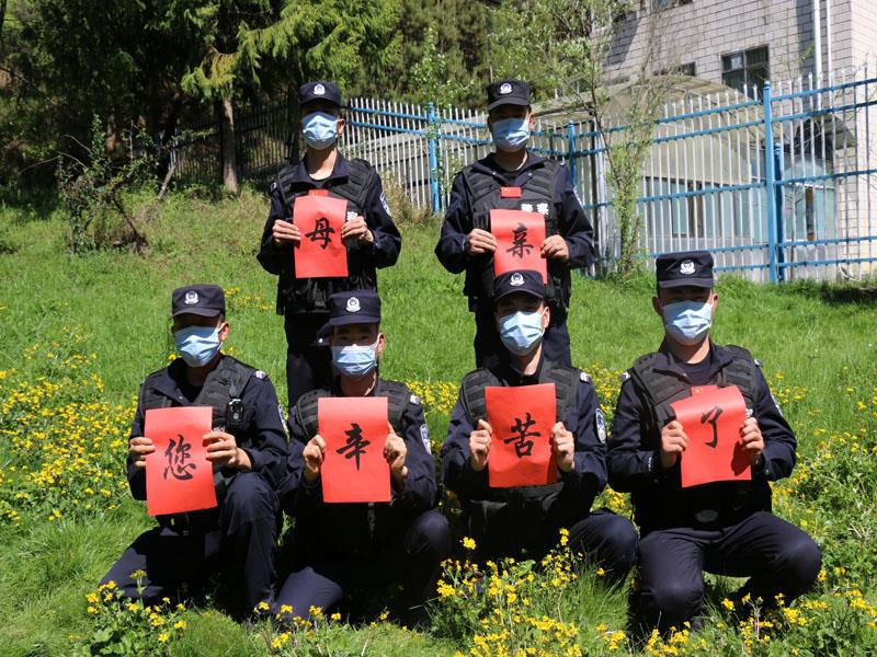 """云南腾冲:移民管理警察用独特方式""""表白""""母亲"""