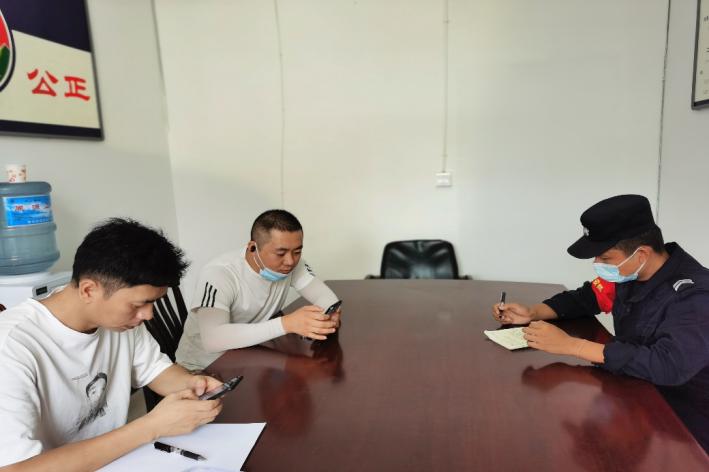 云南德宏移民管理警察接连为群众找回遗失玉石获赠锦旗