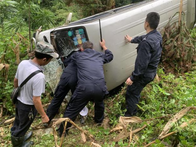 车辆坠落山谷 云南河口边检站民警展开紧急救援