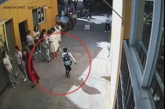 云南玉溪一学生奔跑横穿马路被撞飞