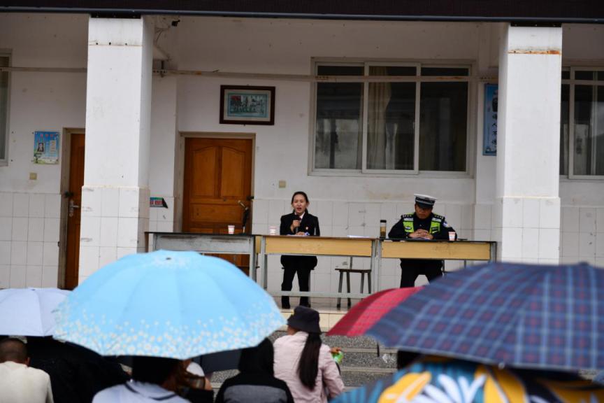 云南大理:送法进校园 以爱护成长