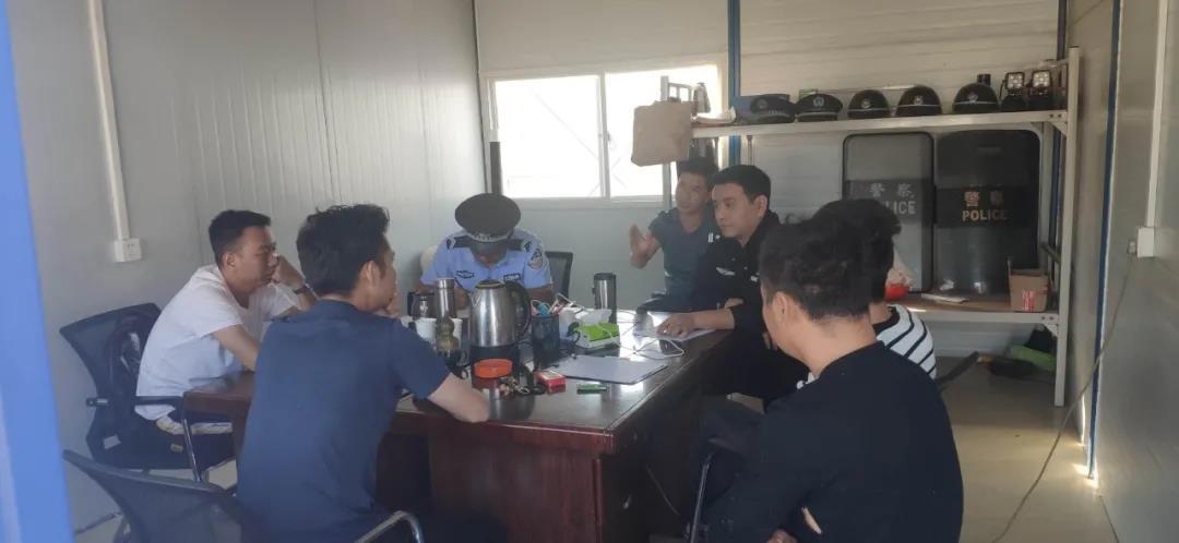 云南昆明机场民警为农民工讨薪获赞 关键时候还得靠警察